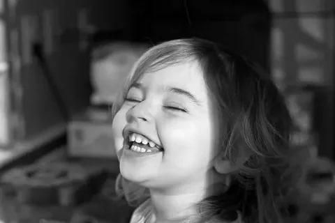 بالصور صور بنات بتضحك , اجمل صور دلع وضحك بنات صغيرة 1409 8