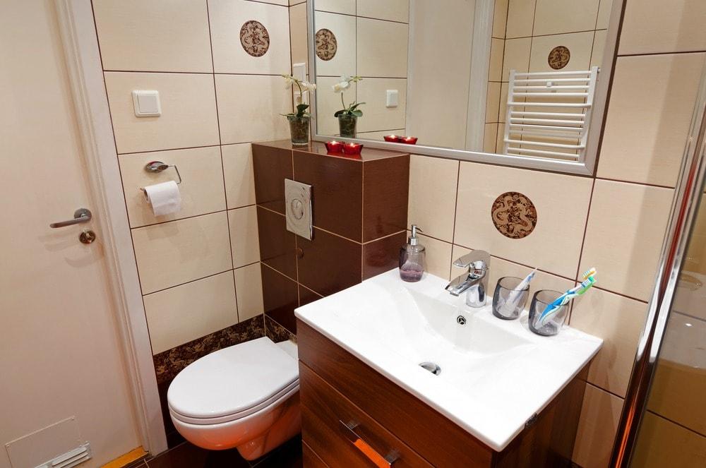 بالصور ديكورات حمامات صغيرة جدا وبسيطة , شاهد تصميمات تتميز بالبساطة للحمامات الضيقة 2467 14