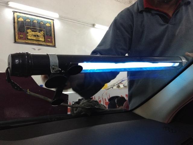 صورة لحام زجاج السيارات , لاعادة زجاج السيارة المكسور ك الجديد